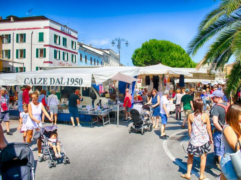 Weekly markets around Lake Garda